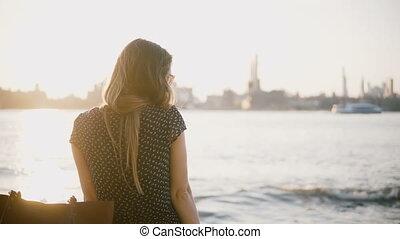 beau, ville, femme, lunettes soleil, été, 4k., virages, loin, ensoleillé, dos, plage., appareil photo, regarde, coucher soleil, apprécier, européen