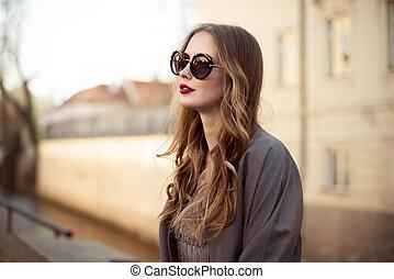 beau, ville, femme, lunettes soleil, jeune