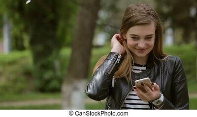 beau, ville, femme, texting, élégant, smartphone