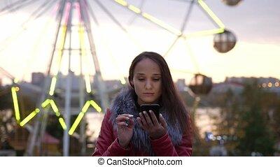beau, ville, femme, utilisation, lumières, mobile, rues, jeune, promenade, mouvement, téléphone, lent, brunette, bokeh., nuit, pendant, 3840x2160