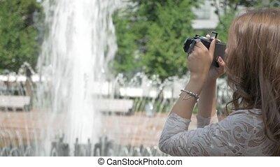 beau, ville, fontaine, vendange, prenant photos, appareil photo, girl