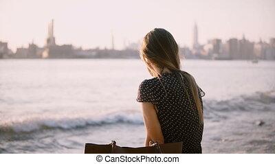 beau, ville, lunettes soleil, plage, 4k., dos, surprenant, appareil photo, coucher soleil, regarde, seul, nouveau, girl, assied, caucasien, york