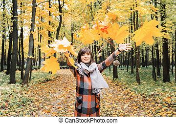 beau, ville, marche, femme, heureux, jeune, automne, park., colors., automne, portrait, girl, agréable, forêt