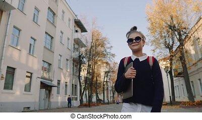 beau, ville, marche, vieux, tenue, elle, sac, ordinateur ...