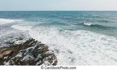 beau, voler, prise vue aérienne, sur, rupture, rochers, mer, vagues, rouler, waves.