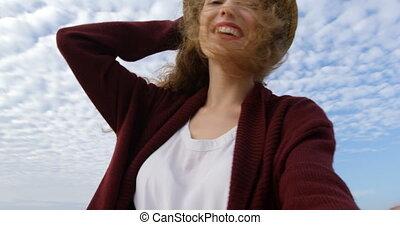 beau, vue, regarder, sourire, appareil photo, bas, caucasien, 4k, femme, chapeau, angle, jeune
