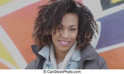 beau, womant, extérieur, coupe, jeune, poser, graffiti, sourire, afro