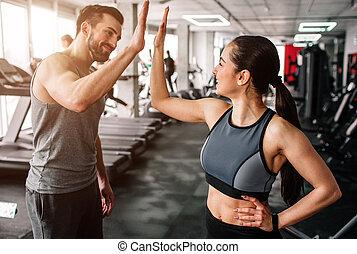 beau, workout., elle, gens, othr, jeune, high-five., leur, voir, autre, gym., ils, chaque, prêt, well-built, girl, petit ami, salutation, début, heureux