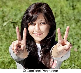 beau, yeux bleus, brunette, exposition, parc, symbole., main, vert, v, portrait, girl, herbe