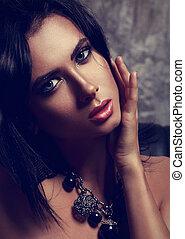 beau, yeux bleus, femme, art, cou, modifié tonalité, maquillage, sombre, arrière-plan., clair, mode, closeup, sexy, collier, portrait.