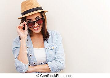 beau, you., femme, elle, brun, ajustement, flirter, jeune, contre, debout, quoique, fond, portrait, froussard, sourire, chapeau, lunettes
