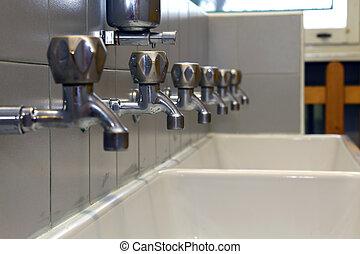 beaucoup, robinets, crèche, enfants, bain
