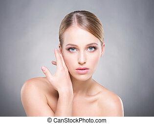 beauituful, 健康的婦女, 触, 她, 面頰, 由于, a, 手。