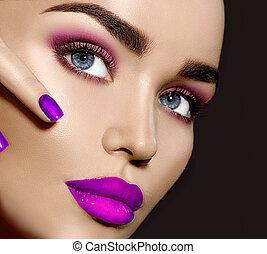beauté, brunette, femme, à, parfait, maquillage