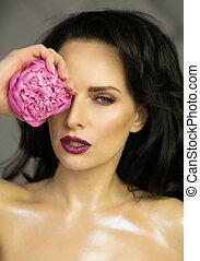 beauté, portrait, de, sexy, brunette, dame, à, rose, pivoine, fleur, dans, main., printemps, fleur, concept., projectile studio