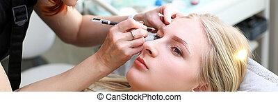 Beautician build natural eyebrow shape girl client
