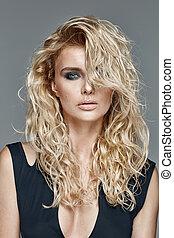 beautifu, dziewczyna, z, długi, kędzierzawy, blond włos