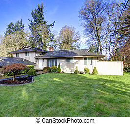 Beautiful curb appeal - Siding house with beautiful green...