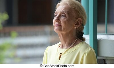 Beautiful happy senior businesswoman waiting outdoors -...