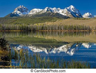 Beautiful Idaho mountain lake - Sawtooth mountain range of...