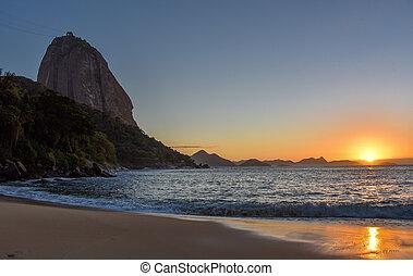 Beautiful sunrise at Praia Vermelha and the Sugarloaf Mountain