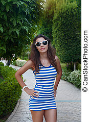 beautiful young woman in sunglasses posing in the Park
