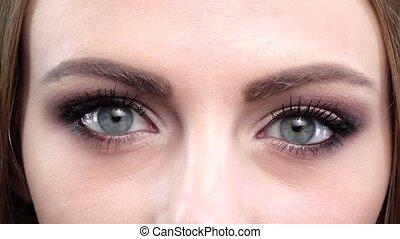 Beautifull blue eyes, blink, bright makeup. Close up -...