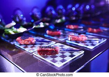 beautifully, adornado, abastecimiento, tabla de banquete, con, diferente, alimento, snacks.