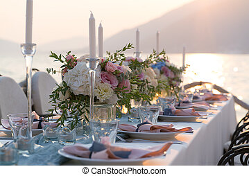 beautifully decorated table with flowers for wedding dinner