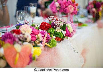 beautifuly, adornado, recepción wedding, tabla, cubierto, con, flores frescas, primer plano