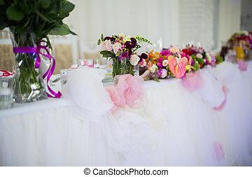 beautifuly, adornado, recepción wedding, tabla, cubierto, con, flores frescas