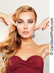 beauty., blond kędzierzawy włos, kobieta, z, makijaż