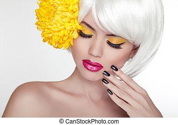beauty, blonde , vrouwlijk, verticaal, met, gele, flower., mooi, spa, vrouw, aandoenlijk, haar, face., makeup, en, manicured, nails., perfect, fris, skin., vrijstaand, op wit, achtergrond