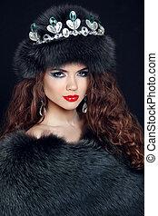 Beauty Fashion Model Girl in Fur Coat. Diamond jewelry....