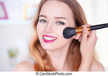 beauty, jonge vrouw , aan het dienen makeup