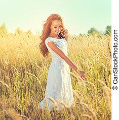 beauty, meisje, buitenshuis, het genieten van, nature., mooi, tiener, model, meisje, met, perfect, lang, krullebol