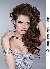 beauty, portrait., golvend, hairstyle., sexy, meisje, met, juwelen, accessoires, vrijstaand, op, grijze , achtergrond