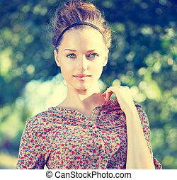beauty, tiener, model, meisje, op, natuur, groene achtergrond