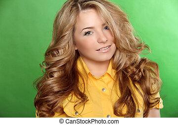 beauty, vrouw beeltenis, van, tiener meisje, mooi, vrolijk, het genieten van, met, lang bruin haar, en, schoonmaken, huid, op, groene achtergrond