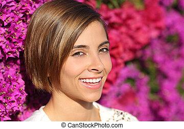 beauty, vrouw confronteren, verticaal, met, een, perfect, glimlachen, en, witte tanden