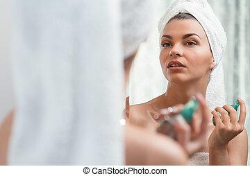 Beauty woman applying perfume