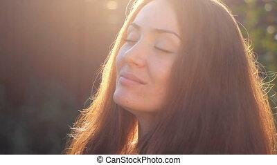 beaux yeux, femme, elle, face soleil, coucher soleil, fermé, portrait, close-up., sourire, rayons, dreaming.