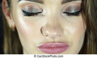 beaux yeux, femme, haut, appareil photo, regarde, maquillage, fin, ouvre