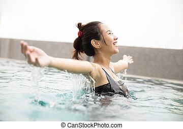 beaux yeux, femme, piscine, bras, asiatique, fermé, temps, apprécier, ouvert, heureux