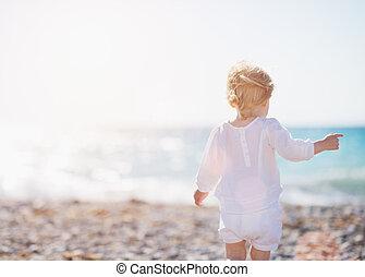 bebé, ambulante, playa., vista trasera