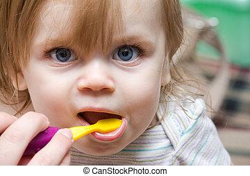 bebé, cepillado, teniendo, ella, dientes