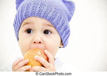 bebé, chico que sienta, en, tabla, con, frutas y vehículos, y, comer una manzana, aislado, blanco, plano de fondo