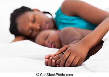 bebé, dormir la siesta, africano, madre