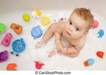 bebé, en, bañera, con, juguetes