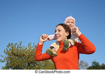 bebé, en, madre, hombros